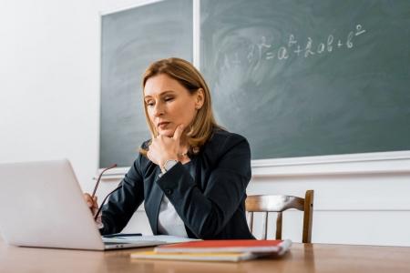 Профспілка вимагає виконання норм законодавства про розміри посадових окладів педагогів